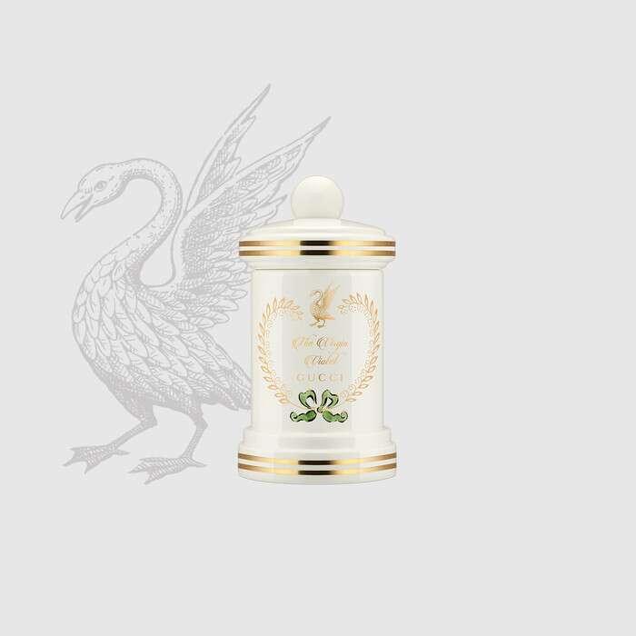 香味与情感密不可分,连接了记忆和未来——古驰的全新奢华系列香氛炼金士花园就是亚力山卓•米开理(Alessandro Michele)构想的炼金术实验室中逐步诞生。由调香大师艾伯特·莫瑞拉斯 (Alberto Morillas) 在亚力山卓·米开理创意指引下调制而成的奢华系列香水包括淡香水、精油以、香氛喷雾及香薰蜡烛,灵感源自炼金术及制香工艺。香烛则选用纯真紫罗兰的香味,盛载于饰以纯金纹饰的奢华白瓷罐中