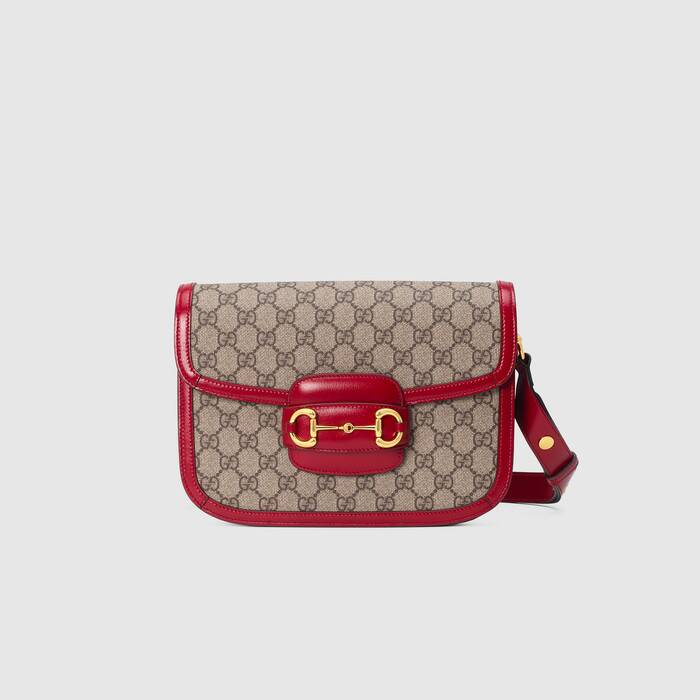 Gucci 1955马衔扣手袋在2020早春系列中惊艳亮相,以新颖视角演绎经典设计。这一手袋延用了六十余年前经典单品的线条与造型,将经典细节与现代精神巧妙融合,强调了马衔扣这一品牌标志性设计元素。灵感源自马术世界的双环和连接条两个元素构成的这一设计图案已经成为品牌耀眼的标志性元素之一。在这款小号翻盖肩背包上,这一配件与品牌标志性的双G字母交织图案织物材质相映成趣,同时配以可调节肩带,可在肩背和斜跨之间自由转换