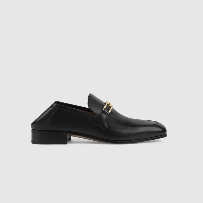 自50年代起便一直是Gucci的主打产品之一,这款乐福鞋在经典设计中融入了复古格调。黑色光面皮革结合简洁利落的造型,点缀以银色调金属呈现的品牌标志性互扣式G元素,尽显浓郁的复古气息和怀旧风情
