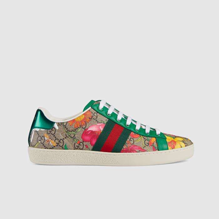 该特别系列将品牌两种富有辨识度的设计巧妙交融,形成一种出人意料的时尚面料,为Ace系列运动鞋这一运动风单品注入别样魅力。最初于60年代由Vittorio Accornero为品牌打造的经典花卉图案叠加在品牌双G字母交织图案之上,让两种经典图案焕发时尚风情。亮眼绿色皮革为这款官网专享单品锦上添花
