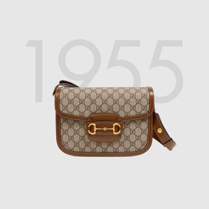 Gucci 1955马衔扣手袋在2020早春系列中惊艳亮相,以全新视角演绎经典设计。这一手袋延用了六十余年前经典单品的线条与造型,将经典细节与现代精神巧妙融合,强调了马衔扣这一品牌标志性设计元素。灵感源自马术世界的双环和连接条两个元素构成的这一设计图案已经成为品牌最耀眼的标志性元素之一。在这款小号翻盖肩背包上,这一配件与品牌标志性的双G字母交织图案织物材质相映成趣,同时配以可调节肩带,可在肩背和斜跨之间自由转换。