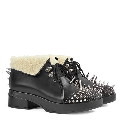 饰尖钉和铆钉皮革短靴
