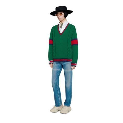 绞花编织V领毛衣